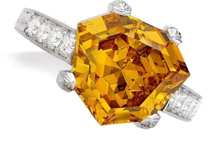 彩鑽拍賣會上的黃色鑽石戒指