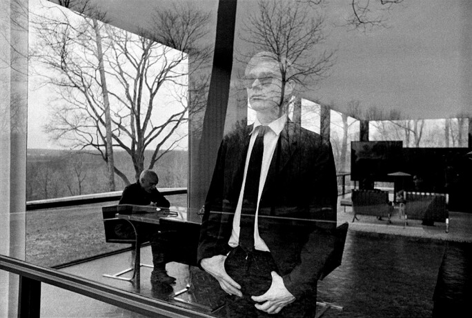 Andy_Philip_Johnson_at_The_Glass_House_New_Canaan,_CT.jpg
