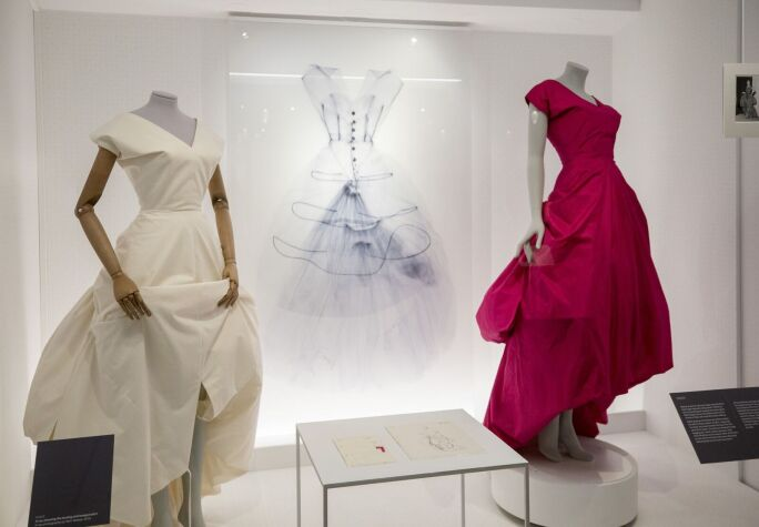 Balenciaga: Shaping Fashion, Exhibition View (2017)