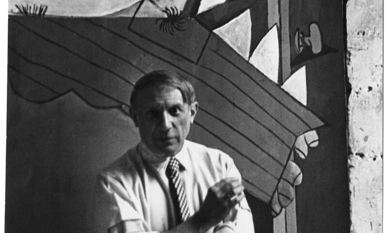 Picasso voor zijn schilderij Guernica, Parijs