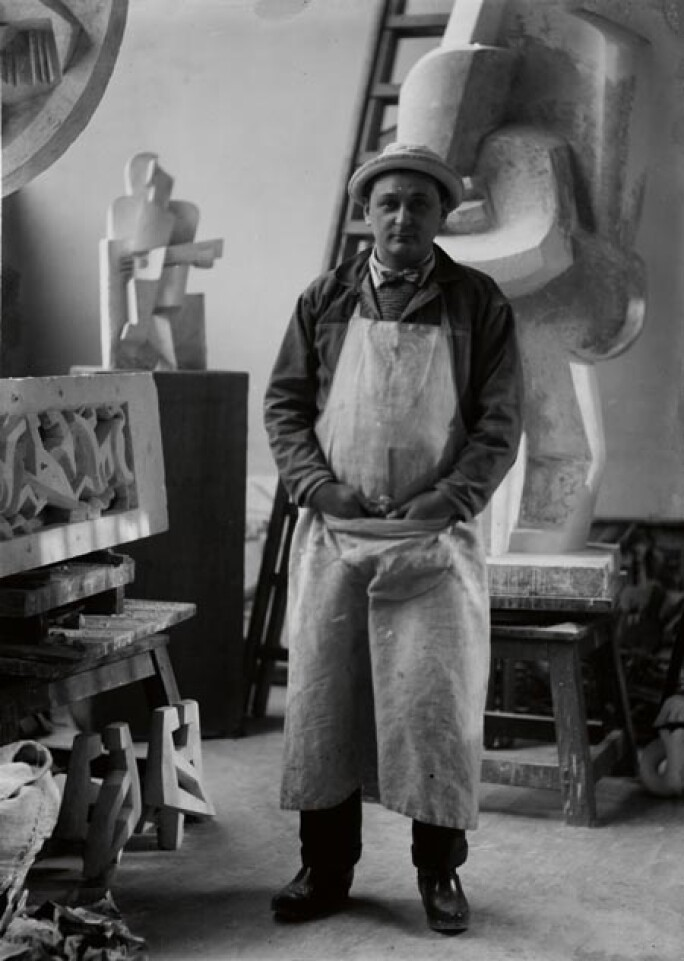 Lipchitz dans son atelier avec le manteau de cheminée ainsi que les chenêts